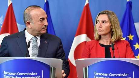 وزير الخارجية التركي مولود تشاووش أوغلو والمفوضة العليا للشؤون الخارجية والأمن للاتحاد الأوروبي فيديريكا موغيريني