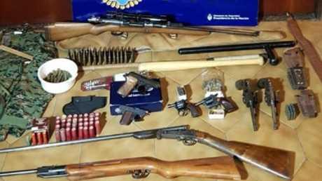 ترسانة الأسلحة التي عثرت عليها الشرطة الأرجنتينية في مسكن للمشتبه بهما في بوينس آيرس