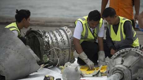 المحققون يبحثون عن أجزاء طائرة