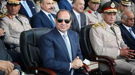 الرئيس المصري عبد الفتاح السيسي وبجانبه وزير الدفاع