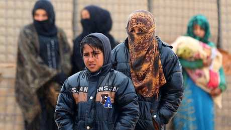 أرشيف - لاجئون سوريون في مخيم الركبان على الحدود بين سورية والأردن، 1 مارس 2017
