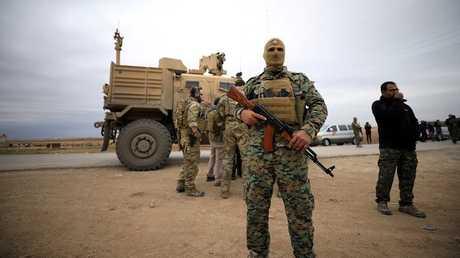 عناصر من قوات سوريا الديمقراطية والقوات الأمريكية في سورية