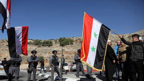 محتجون من طائفة الدروز يرفعون أعلام سورية في هضبة الجولان المحتلة من قبل إسرائيل