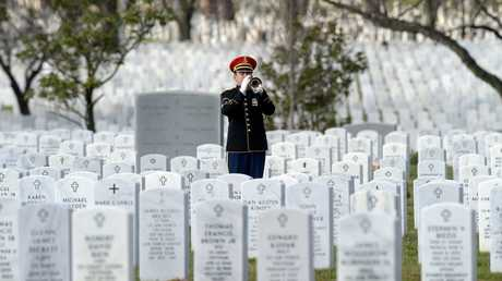 حفل جنازة أحد الجنود الأمريكيين الذين قتلوا في قاعدة الملك فيصل