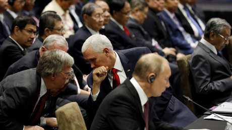 بنس إلى جانب الرئيس فلاديمير بوتين ومستشار الأمن القومي الأمريكي بولتون