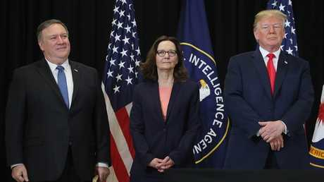 الرئيس الأمريكي دونالد ترامب مع مديرة وكالة الاستخبارات المركزية جينا هاسبل ووزير الخارجية مايك بومبيو