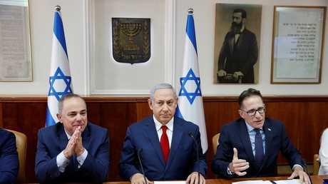 نتنياهو مع سكرتير الحكومة تساحي برافمان ووزير الطاقة يوفال شتاينيتس، القدس، 18 نوفمبر 2018