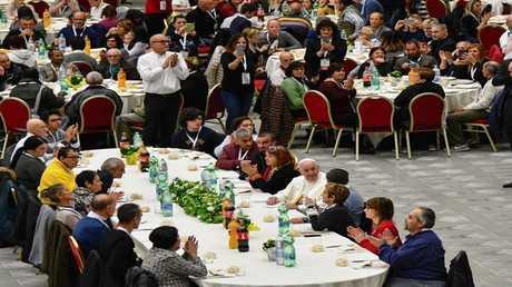البابا يشارك الفقراء طعام الغداء
