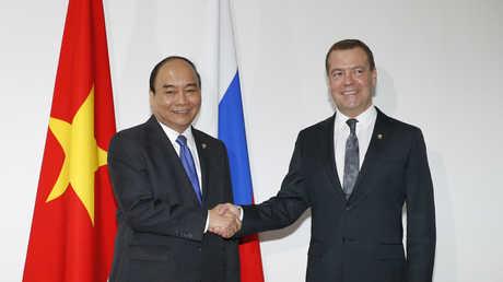 رئيس الوزراء الروسي دميتري مدفيديف ورئيس وزراء جمهورية فيتنام نجوين شوان فوك
