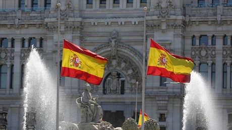 العلم الإسباني وسط العاصمة مدريد