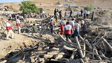 فرق الإنقاذ تسعف الناجين من زلزال في إيران - أرشيف