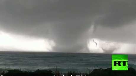 بالفيديو: إعصار مزدوج يضرب جنوب إيطاليا