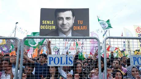أحد أنصار صلاح الدين دميرطاش يلم صورة للسياسي التركي خلال تظاهرة في اسطنبول يوم 17 يونيو 2018