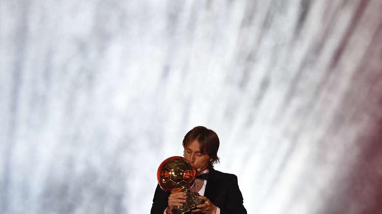 لوكا مودريتش يتوج بجائزة الكرة الذهبية 2018