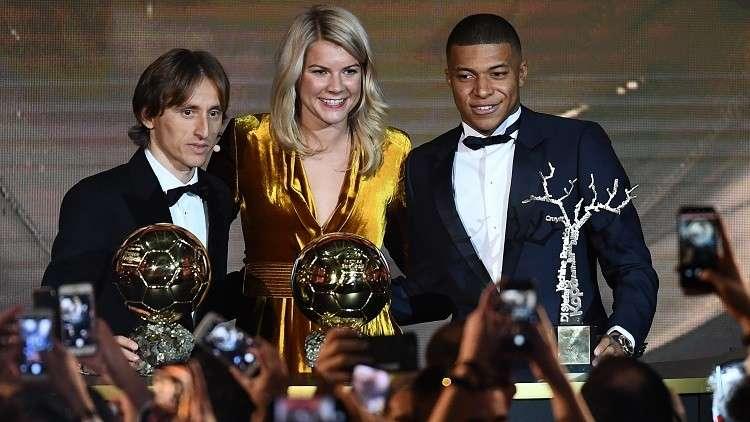 شاهد.. فضيحة على الهواء أثناء حفل توزيع جوائز الكرة الذهبية