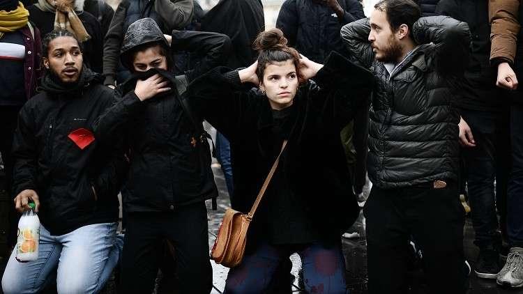 طلاب يجثون على ركبهم في فرنسا نصرة لزملائهم