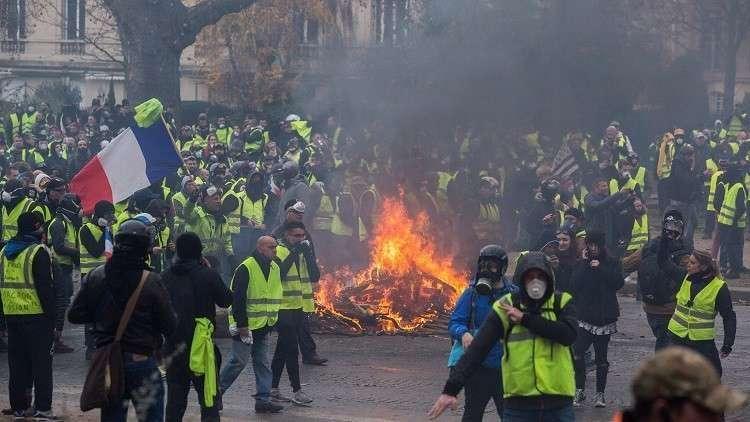 وزير الداخلية الفرنسي: عدد المحتجين المعتقلين في باريس السبت قياسي