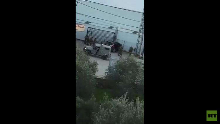إصابة جندي إسرائيلي في عملية دهس بالبيرة ومقتل المنفذ (فيديو)
