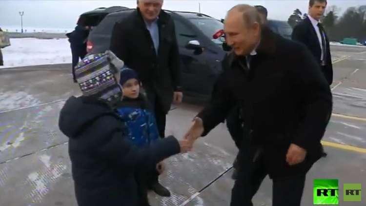 شاهد بالفيديو.. بوتين يحقق أمنية طفل روسي