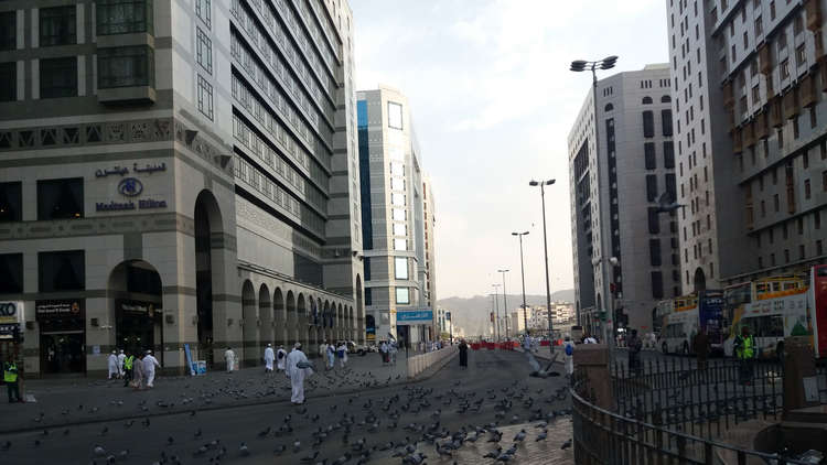 السعودية.. منع الوافدين من العمل في 41 مهنة في المدينة المنورة