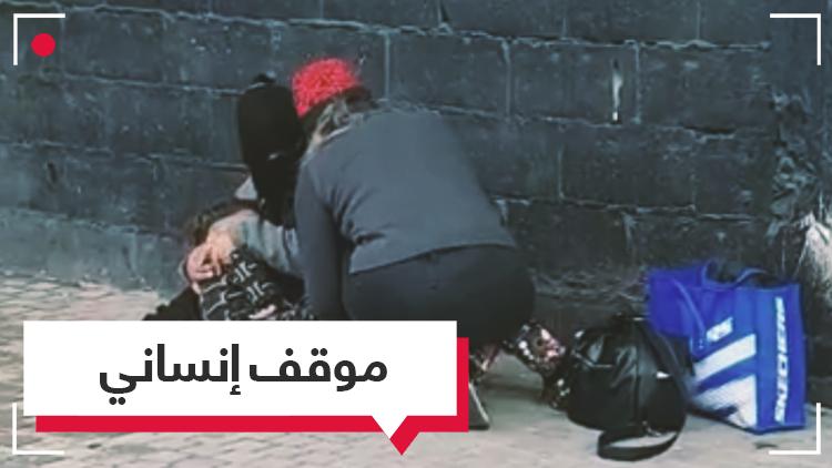نزعت جواربها وقدمتها لمتشرد.. موقف إنساني في مدينة طرابلس اللبنانية