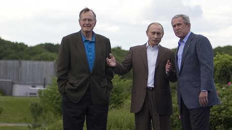 الرئيس الروسي، فلاديمير بوتين، خلال لقائه جورج بوش الأب وجورج بوش الابن في كينيبانكبورت يوم 1 يوليو 2007