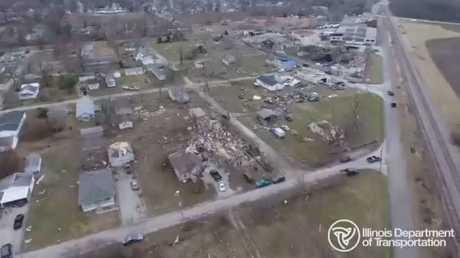 شاهد: دمار في ولاية إلينوي جراء أعاصير تضرب أمريكا