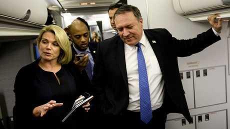 المتحدثة باسم الخارجية الأمريكية هيذر ناورت مع الوزير مايك بومبيو على متن طائرته أثناء حديث مع الصحفيين