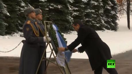 رئيس وزراء اليونان يصل إلى موسكو
