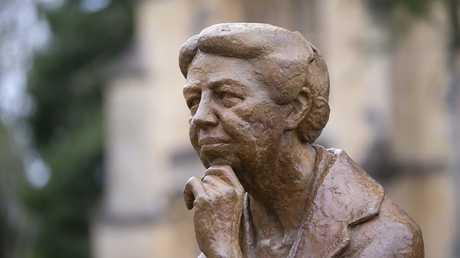تمثال إليانور روزفلت خارج معهد بونافيرو  التابع لكلية مانسفيلد في الولايات المتحدة الأمريكية
