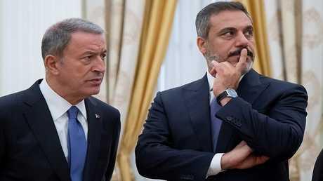 رئيس المخابرات التركية هاكان فيدان (إلى اليمين) ووزير الدفاع التركي خلوصي أكار في موسكو  في 24 أغسطس 2018.