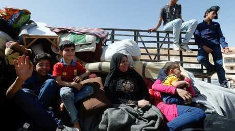 عائلة سورية تعود إلى سكنها في الداخل