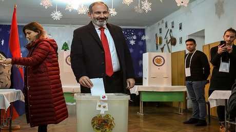 القائم بأعمال رئيس الوزراء الأرمني نيكول باشينيان يدلي بصوته في الانتخابات البرلمانية