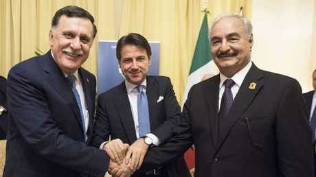 قائد الجيش الليبي المشير خليفة حفتر ورئيس حكومة الوفاق الوطني فايز السراج على هامش مؤتمر باليرمو حول ليبيا في إيطاليا