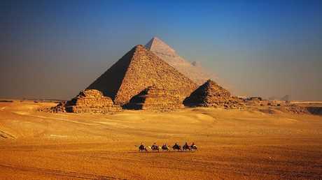 مغامر جريء يصور أهرامات الجيزة كما لم نراها من قبل!