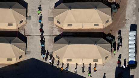 أطفال مهاجرين في أحد مخيمات الاحتجاز جنوبي الولايات المتحدة قرب الحدود المكسيكية