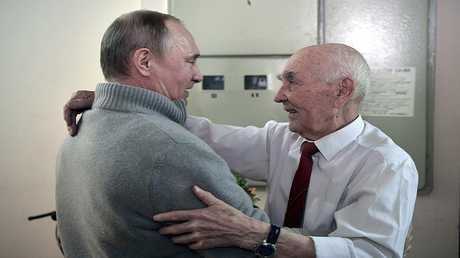 الرئيس فلاديمير بوتين، مع لازار ماتفيف الذي كان رئيس مجموعة الـ كي جي بي في ألمانيا الشرقية، خلال عمل بوتين فيها.