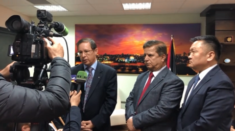 وزير الصحة جواد عواد (على اليمين) ورئيس البعثة الدبلوماسية الروسية في فلسطين حيدر أغانين (على اليسار)