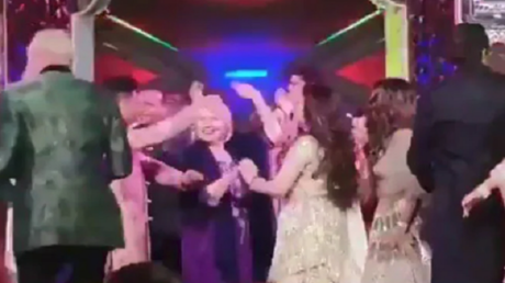 شاروخان يعلم كلينتون وكيري الرقص الهندي في