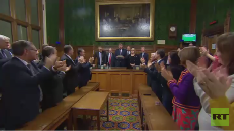 المحافظون يصوتون لصالح زعامة تيريزا ماي