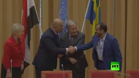 شاهد بالفيديو.. مصافحة استثنائية بين الحوثيين والحكومة اليمنية في ختام مفاوضات السويد