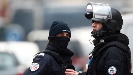 عنصران من قوات الأمن الفرنسية في منطقة نويدورف بستراسبورغ
