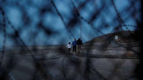 مهاجرون من أمريكا الوسطى بالقرب من الحدود الأمريكية، تيخوانا، المكسيك