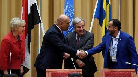 رئيسا وفدي التفاوض اليمنيان يتصافحان برعاية المبعوث الأممي