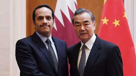 وزير خارجية قطر  محمد بن عبد الرحمن آل ثاني مع نظيره الصيني وانغ يي، بكين، 12 ديسمبر 2018