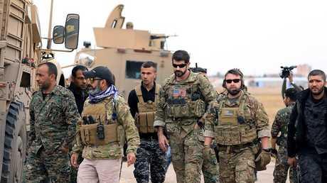 """مقاتلون من """"قسد"""" مع جنود أمريكيين بالقرب من الحدود التركية في الحسكة، سوريا 4 نوفمبر 2018"""
