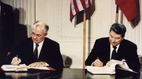 أرشيف - ريغان وغورباتشوف يوقعان معاهدة الصواريخ قصيرة ومتوسطة المدى في البيت الأبيض، 8 ديسمبر 1987