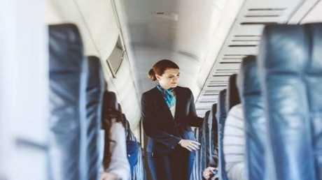مضيفة طيران سابقة تكشف عن حقائق مخيفة حول الرحلات الجوية