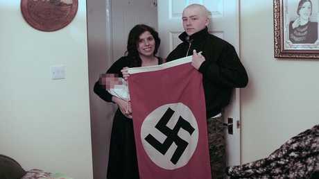 الزوجين آدام توماس وكلوديا باتاتاس وطفلهما أدولف