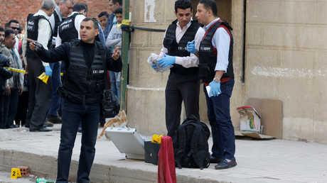 عناصر من الشرطة المصرية في موقع هجوم على كنيسة جنوب القاهرة (صورة أرشيفية)
